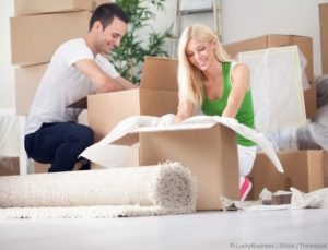 apartmentsearch_couple-packing-e1415380720923
